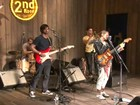 Mallu Magalhães recorre ao uso de 'cola' para cantar Elvis Presley