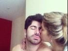 Sem camisa, ex-BBB Rodrigão ganha beijo da namorada Adriana