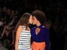 Modelos dão selinho em último desfile do Fashion Rio