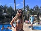 De biquininho, Mulher Melão retoca o bronzeado em dia de piscina