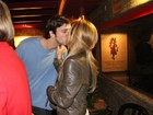 Adriana Esteves beija o marido, Vladimir Brichta, após peça no Rio