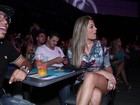 De vestido curtinho, ex-BBB Monique exibe pernas em primeira fila de show