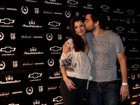 Alinne Moraes e Felipe Simo trocam beijos e carinhos em balada carioca