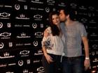 Alinne Moraes e Felipe Simão trocam beijos e carinhos em balada carioca