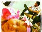 Durante soneca, Perlla mostra a filha usando um lacinho rosa