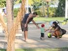 Filho de Daniele Suzuki arrisca os primeiros passos durante passeio