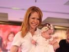Babi Xavier desfila com a filha de apenas cinco meses