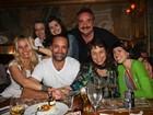 Adriane Galisteu se despede de peça em restaurante paulista