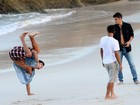 Bruno Gissoni e Rodrigo Simas lutam capoeira com o irmão mais novo