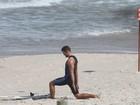 Cauã Reymond, o mais novo papai, surfa em praia do Rio de Janeiro