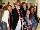 Fernanda Montenegro faz sucesso com fãs em aeroporto