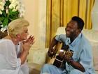 Pelé canta para Hebe durante entrevista
