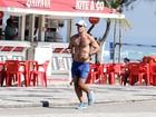 Sem camisa, Juliano Cazarré mostra boa forma em corrida na praia