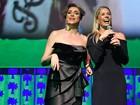Marisa Orth e Adriane Galisteu apresentam prêmio em São Paulo