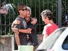 Após tributo ao Legião, Marcelo Bonfá abraça filho em passeio por São Paulo