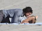 Com moreno, Sharon Stone faz a temperatura subir em praia nos EUA