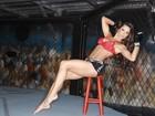 Bailarina do Faustão posa de shortinho e barriga de fora em ringue