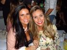 Solange Gomes e Renata Banhara fazem guerra de pipoca durante show