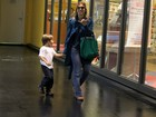 Sorridente, Carolina Dieckmann passeia com o filho em shopping