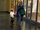 Sorridente, Carolina Dieckmann passeia com o filho em shopping