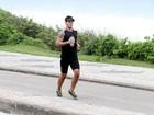 Juliano Cazarré corre na orla do Rio