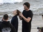 Christian Bale e Natalie Portman gravam cenas românticas na praia