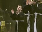 Filho de Madonna participa do show da mãe vestido de padre
