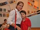 Nívea Stelmann leva filho para assistir a espetáculo de teatro