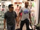 Anderson Silva faz compras no Rio