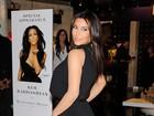 Kim Kardashian circula com etiqueta de preço presa no bumbum