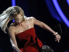 Charlize Theron simula briga com ator no palco do MTV Movie Awards