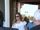 Gisele Bündchen deixa hotel para participar de evento ambiental