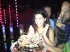 Fernanda Paes Leme ganha bolo de aniversário