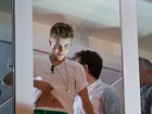 Que isso, novinho? Bieber levanta a blusa e deixa cueca à mostra