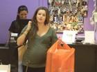 Grávida, Bianca Castanho faz compras em loja de brinquedos