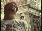 Depois de Portugal e Espanha, Caio Castro visita o Vaticano na Itália