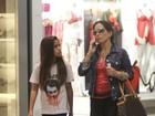 Glória Pires passeia com a filha em shopping carioca