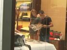 Loiríssima, Sophie Charlotte passeia com Malvino Salvador em shopping