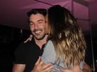Ex-BBB Lia Khey enche o namorado de beijos durante jantar