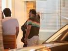 Paulo Rocha troca carinhos com a namorada durante jantar no Rio