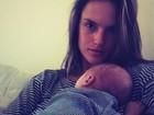 No Twitter, Alessandra Ambrósio posta foto com o filho de um mês