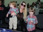Danielle Winits leva os filhos para espetáculo da Disney on Ice