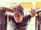 Charlie Sheen faz pose de galã em ensaio para revista