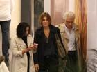 Mônica Torres vai a cinema no Rio com o namorado