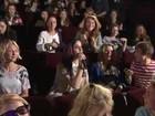 Katy Perry surpreende fãs ingleses com aparição surpresa em cinema