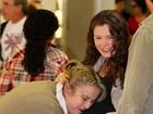 Em aeroporto, Bianca Castanho ganha beijinho na barriga de grávida