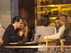 Marcelo Serrado curte noite de chamegos com a noiva no Rio