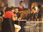 Elba Ramalho se diverte em jantar com namorado e amigas, no Rio