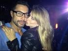 Dany Bananinha dá beijinho em Fernando Torquatto em boate