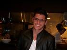 De óculos e cara de intelectual, Bruno Gissoni posa para foto